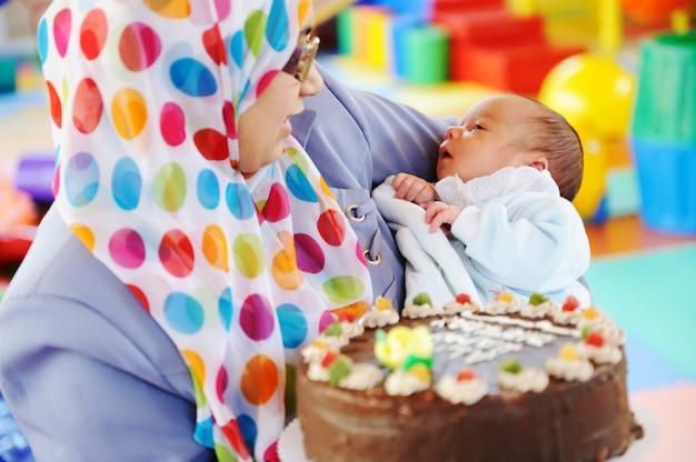 Muzułmańska matka z dzieckiem przy przyjęciem urodzinowym