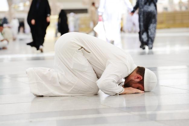 Muzułmańska modlitwa w meczecie medina