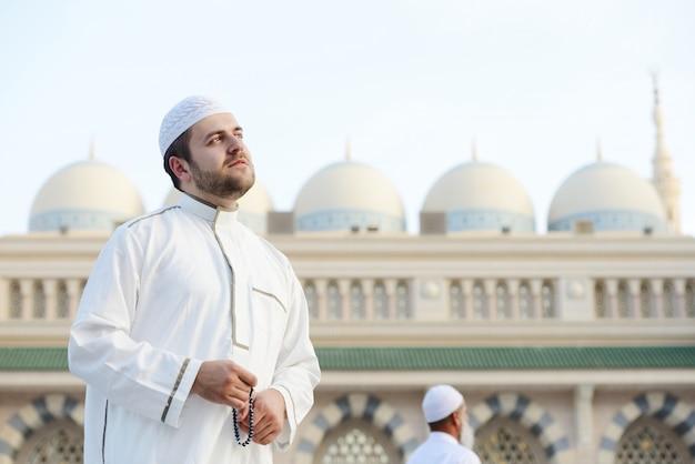 Muzułmańska modlitwa w świętym meczecie