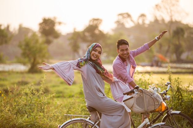 Muzułmańska para cieszy się jeździć na rowerze