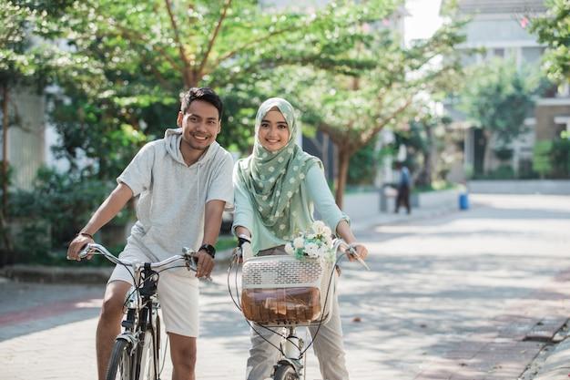 Muzułmańska para jedzie na rowerze