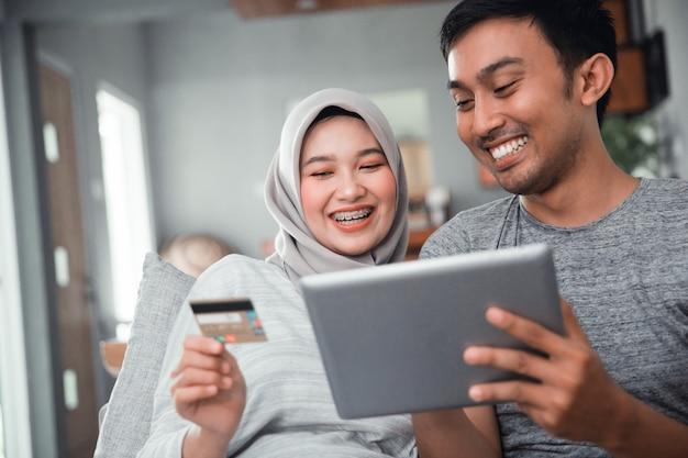 Muzułmańska para kupuje i dokonuje płatności za pomocą karty kredytowej