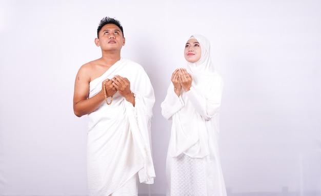Muzułmańska Para Modli Się Na Białym Tle Premium Zdjęcia