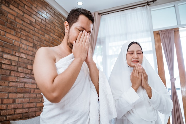 Muzułmańska para modli się