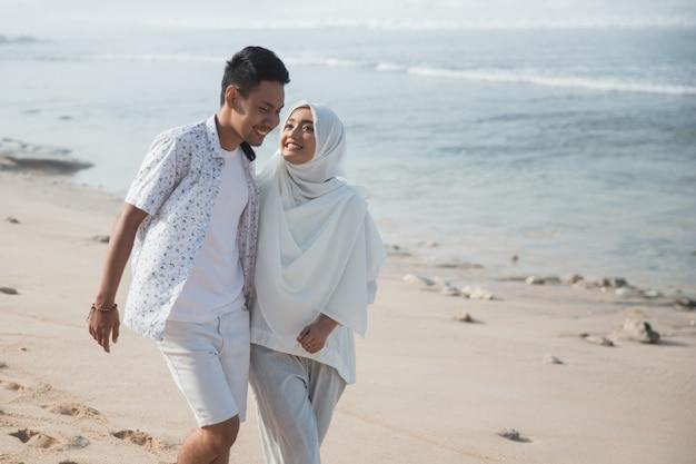 Muzułmańska para na plaży razem