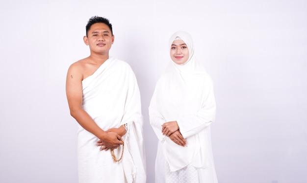 Muzułmańska para nosi ihram na białym tle