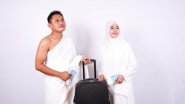 Muzułmańska Para Nosi Ihram Na Białym Tle Premium Zdjęcia