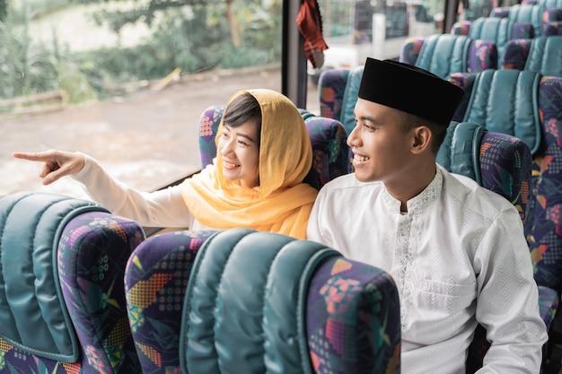 Muzułmańska para podróżuje autobusem podczas wakacji eid mubarak, aby spotkać się z rodziną w domu