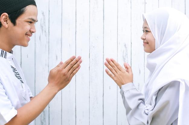 Muzułmańska para uścisk dłoni i pozdrawia się podczas obchodów id al-fitr