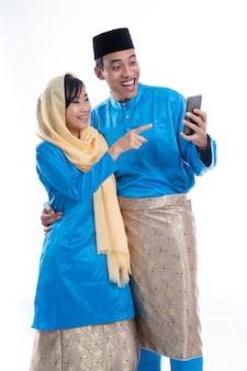 Muzułmańska para używa smartphone