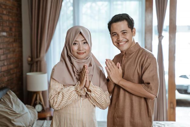 Muzułmańska para wita miesiąc ramadan