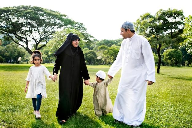 Muzułmańska rodzina mająca dobry czas na świeżym powietrzu