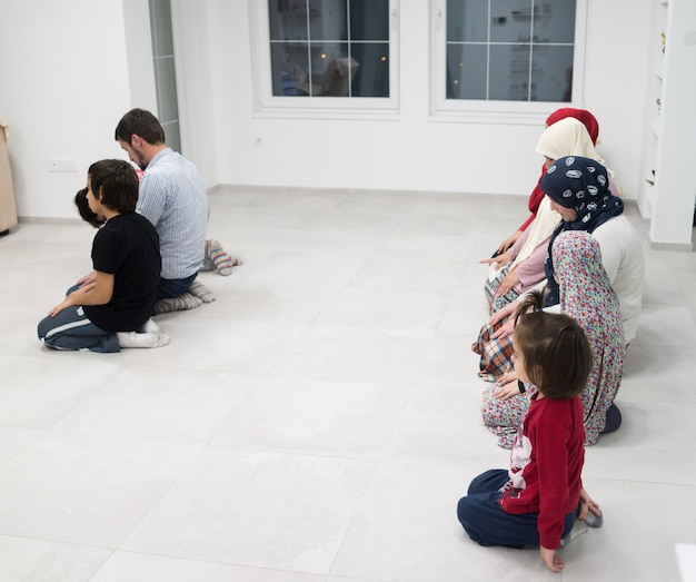 Muzułmańska rodzina modli się razem w domu