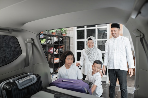 Muzułmańska rodzina napełniająca samochód