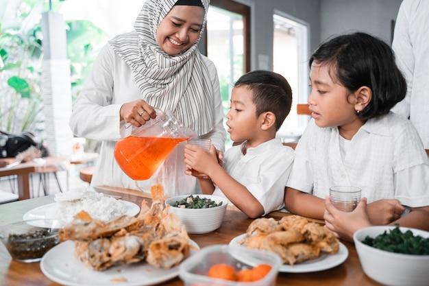 Muzułmańska rodzina przerywa post