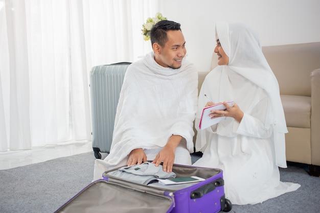 Muzułmańska rodzina przygotowuje bagaż przed hadżdż