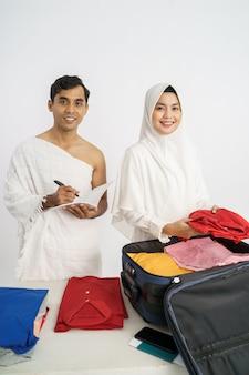 Muzułmańska rodzina przygotowuje bagaż przed pielgrzymką