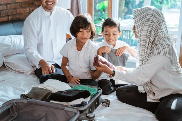 Muzułmańska rodzina przygotowuje ubrania do noszenia, gdy mudik