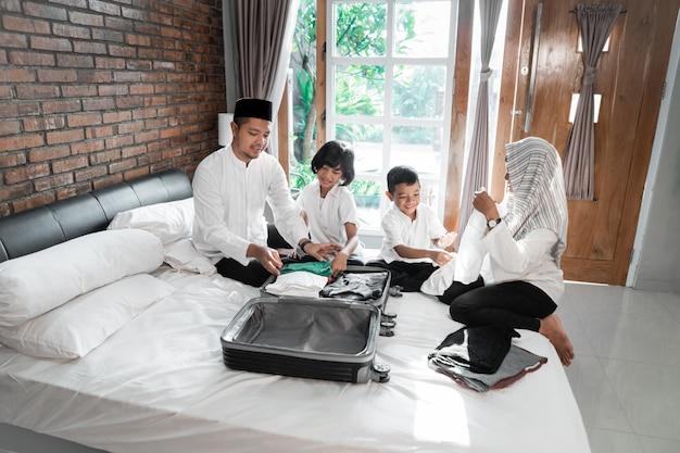 Muzułmańska rodzina przygotowuje ubrania