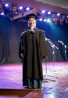 Muzułmańska studentka na ceremonii ukończenia szkoły
