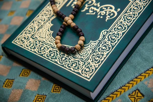 Muzułmańska święta księga z różańcami