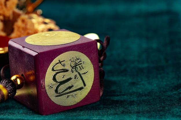Muzułmański amulet z bliska na zielonym aksamicie