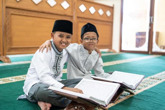 Muzułmański azjatycki dzieciak, najlepszy przyjaciel, czytający koran
