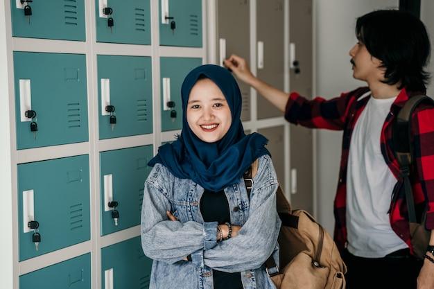 Muzułmański azjatykci studencki przyjaciel w szatni