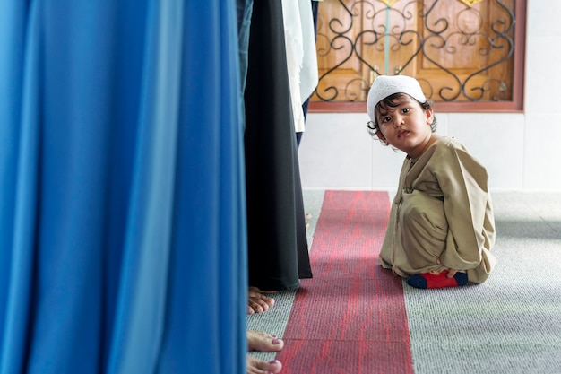Muzułmański chłopiec w meczecie
