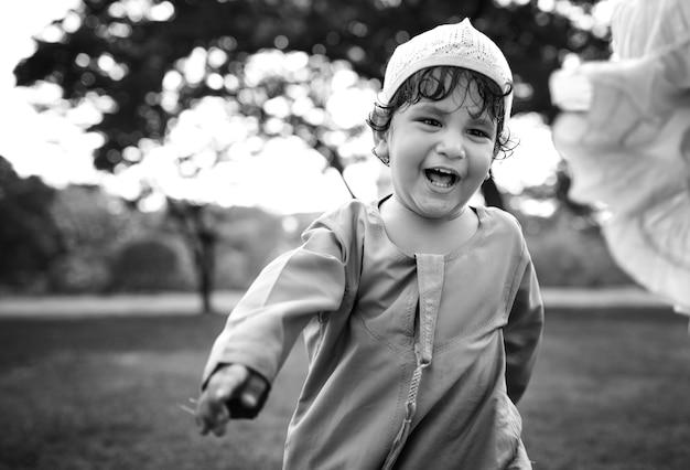 Muzułmański chłopiec w parku