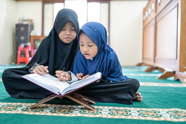 Muzułmański dzieciak czyta koran