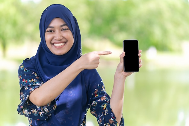 Muzułmański dziewczyna telefonu komórkowego portret