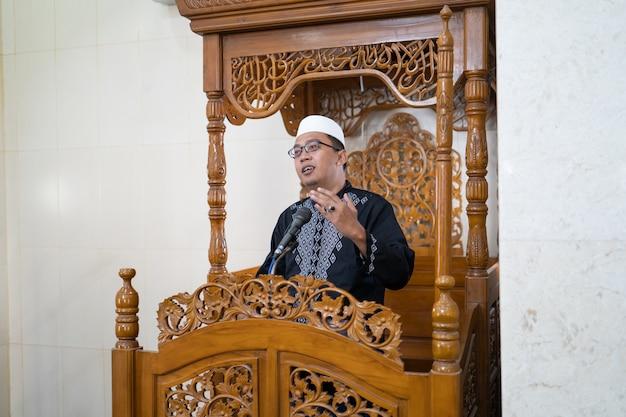 Muzułmański kaznodzieja dzielący się islamem