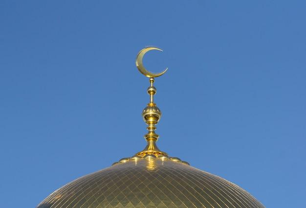 Muzułmański meczet na niebieskim niebie. architektura muzułmańska i islamska