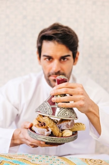 Muzułmański mężczyzna je arabskiego jedzenie