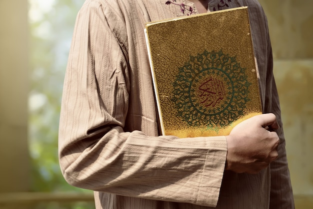 Muzułmański mężczyzna trzyma koran