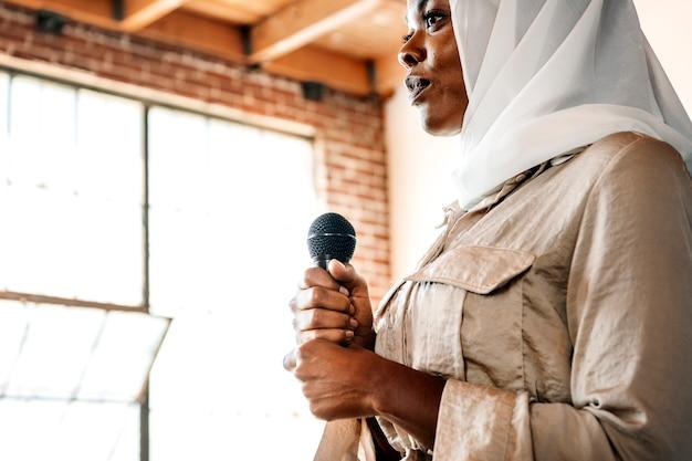 Muzułmański mówca w warsztacie