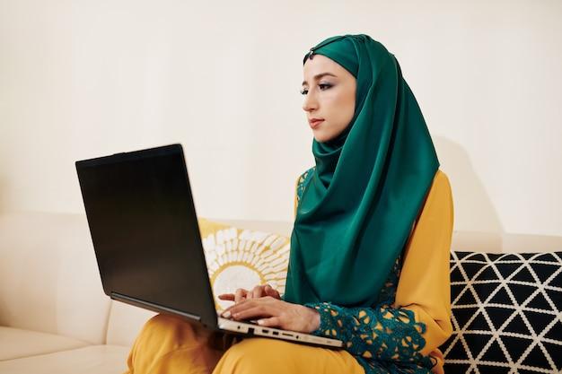 Muzułmański niezależny programista