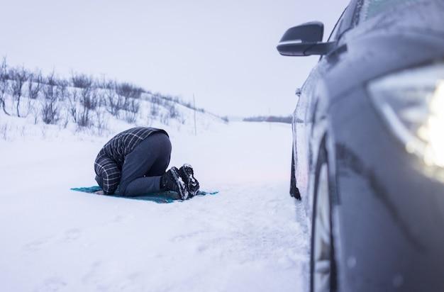Muzułmański podróżnik modlący się w górach zimą