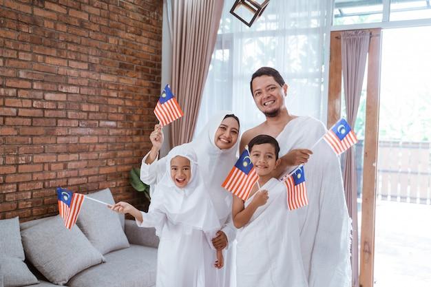 Muzułmański umrah i hadżdż z flagą malezji