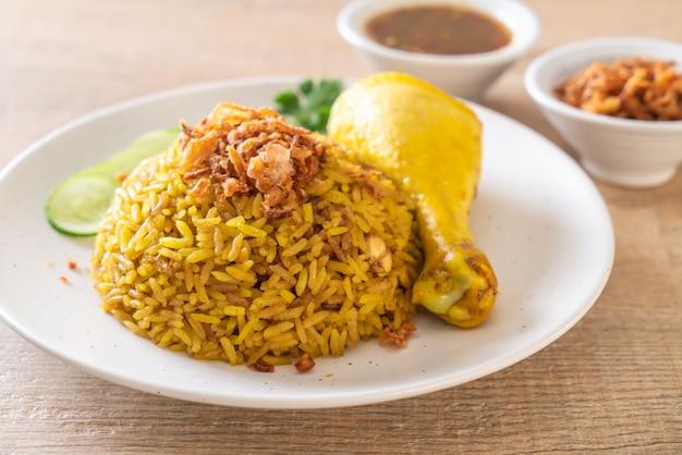 Muzułmański żółty ryż z kurczakiem