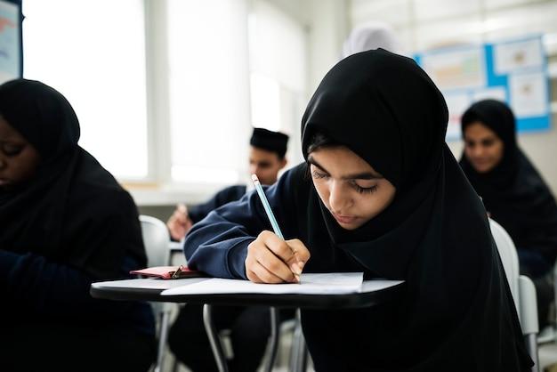 Muzułmańskie dzieci uczące się w klasie
