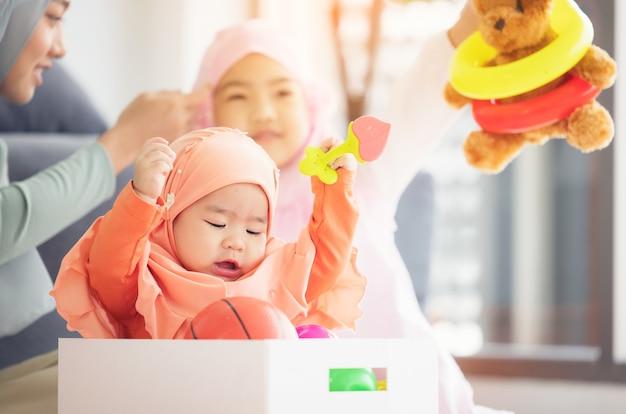 Muzułmańskie dziecko bawi się kolorowymi zabawkami w salonie.