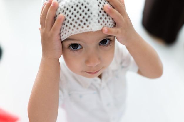 Muzułmańskie dziecko płacące z białą nienawiścią
