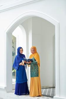 Muzułmańskie kobiety czytające quaran