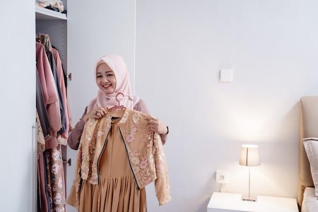 Muzułmańskie kobiety mierzą nową sukienkę przy ciele