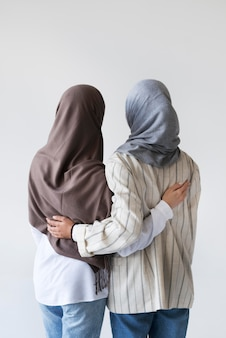 Muzułmańskie kobiety noszące hidżab średni strzał