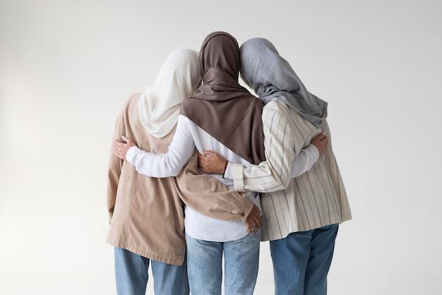 Muzułmańskie kobiety noszące hidżaby w średnim ujęciu