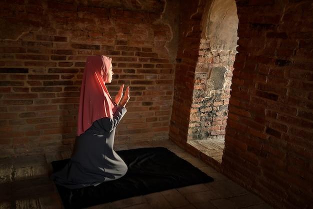 Muzułmańskie kobiety odmawiają modlitwy. w starym meczecie w ayutthaya