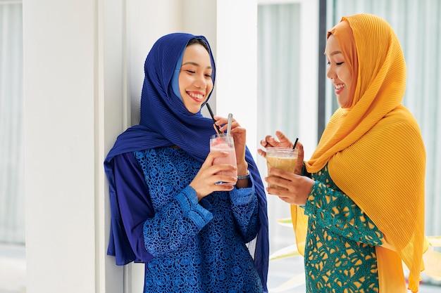 Muzułmańskie kobiety pijące koktajle